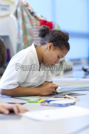 maedchen im klassenzimmer zeichnen