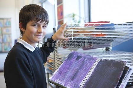 portraet der laechelnden jungen im kunst