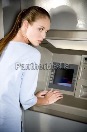 frau bank kreditinstitut geldinstitut europid kaukasisch