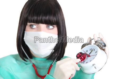 krankenschwester die die uhr tickend mit