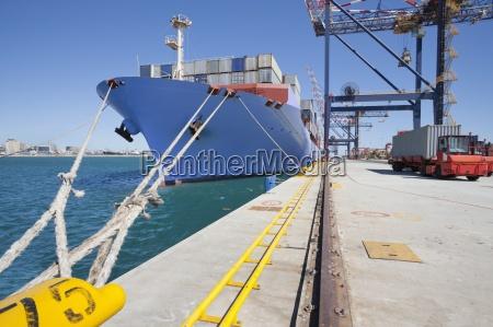 containerschiff im dock vor anker