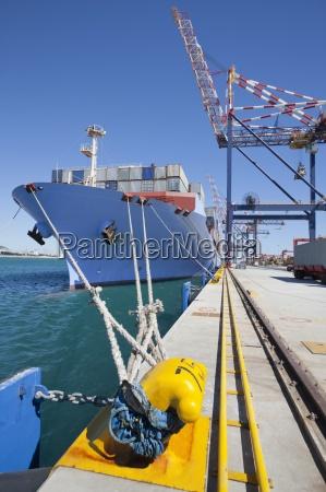 containerschiff vorbei an kommerziellen dock