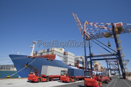 containerschiff im dock festgemacht