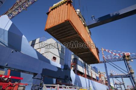 kranentladung containerschiff am dock