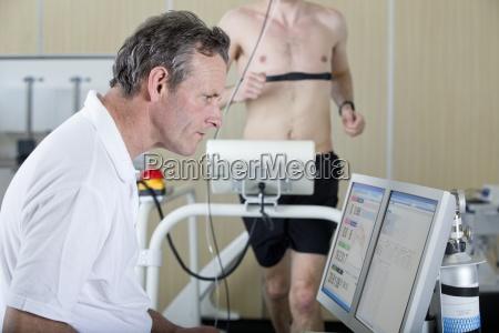 sportwissenschaftler an computer und laeufer auf
