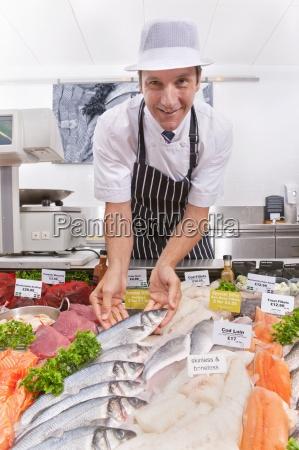 fischhaendler frische fischabteilung im supermarkt