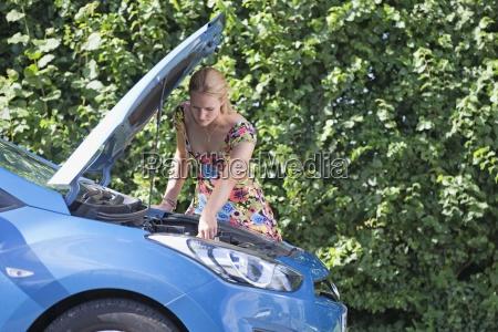 frau mit kaputten auto ein blick