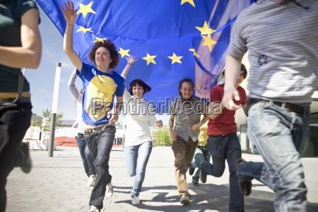 gruppe von jungen menschen laufen mit