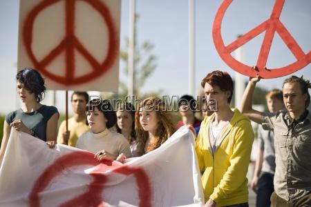 gruppe junge leute die fahne an