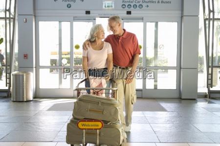senior paar eintritt flughafen durch automatische