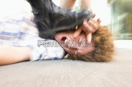 junger mann auf dem boden liegend