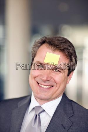 portrait von reifen mann mit notizpapier