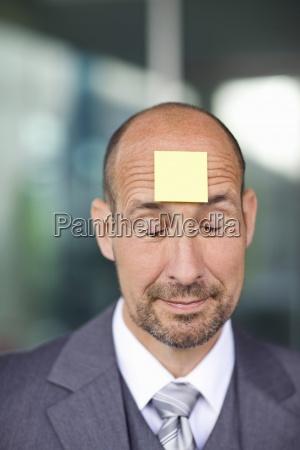 portrait von reifen mann mit briefpapier