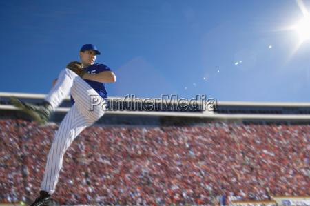 baseball werfer in der blauen uniform