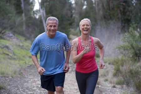 active senior in abbigliamento sportivo jogging