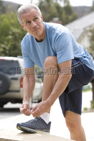 aktiver seniorenmann in blauem t shirt