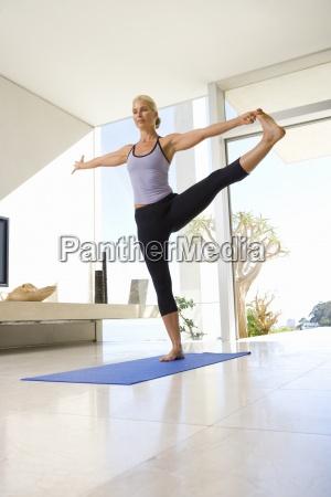 faellige frau in yogahaltung auf trainingsmatte