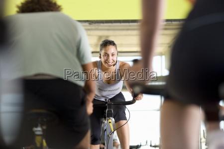 fitness instruktor fuehrende klasse auf trainingsfahrraeder