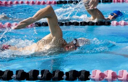 junge maenner im wettbewerb in wettschwimmen