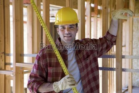 builder in helm mit massband im