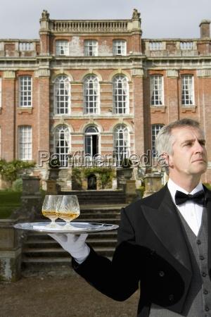 reife butler mit getraenken auf tray