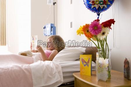 maedchen 8 10 im krankenhausbett lesekarte