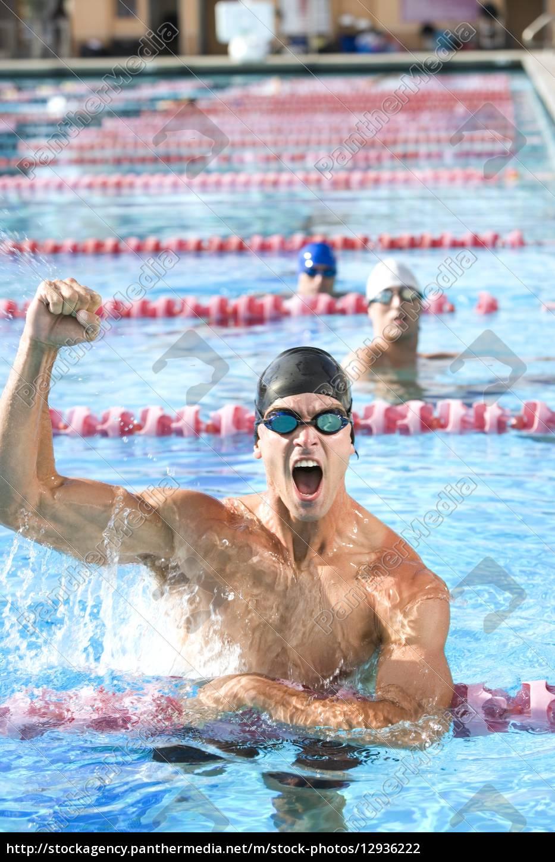 junger, mann, jubel, nach, dem, schwimmen - 12936222