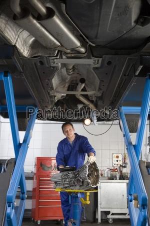 mechaniker mit teilweise erhoehten auto portrait