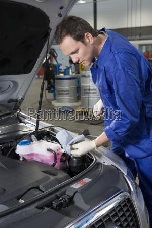 mechaniker ueberpruefung oelstand des autos