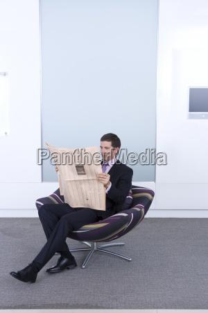 el hombre de negocios de lectura