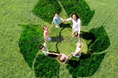 lehrer und schueler spielen auf recycling