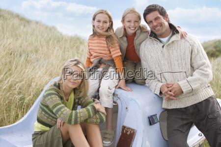 portrait der jungen familie im boot