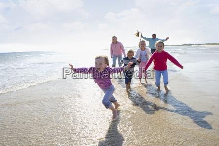 giovane famiglia felice in esecuzione sulla