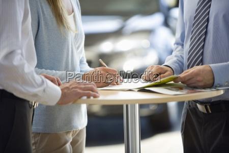 paar kauft neues auto