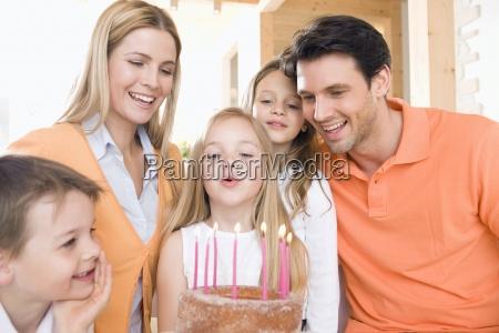 junges maedchen mit familie mit brennenden