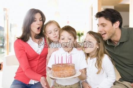 junge mit familie mit brennenden kerzen