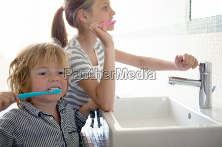 bambini che si lavano i denti