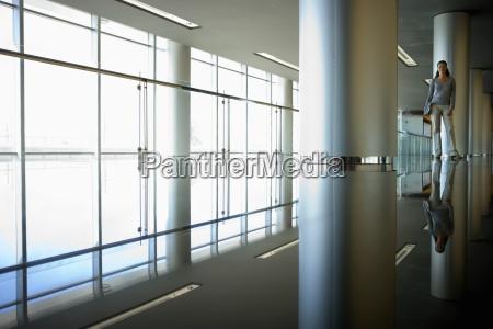 geschaeftsfrau stehen in grossen modernen lobby