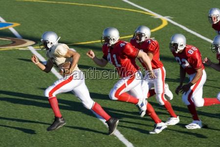 american football spieler gegnerischen spieler mit