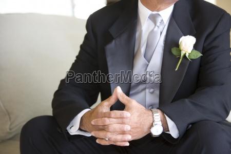 senior braeutigam in festlich gekleidet sitzt