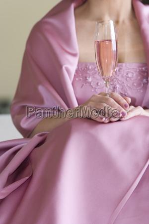 aeltere frau in rosa kleid mit