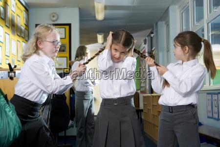 mittelwert aggressiv school maedchen necken und