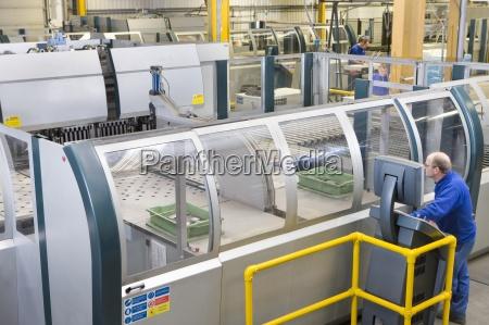 worker betriebscomputergesteuerte maschinen in der fabrik