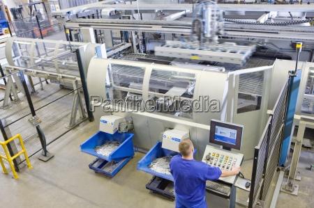 worker betriebscomputergesteuerten maschinen in der fabrik