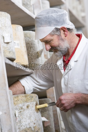 kaesehersteller mit kaese eisen zu nehmen