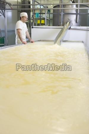 formaggio produttore di guardare cagliata e