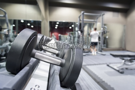 rack von hanteln im fitness club