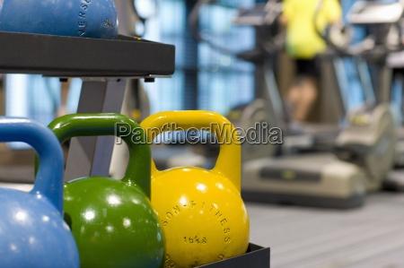 bunte medizinbaelle auf rack in fitness