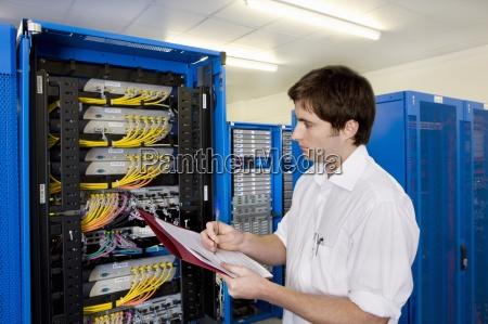 it techniker mit ordner kontrolle netzwerk