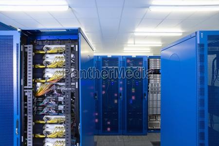 mainframe computern im netzwerk serverraum